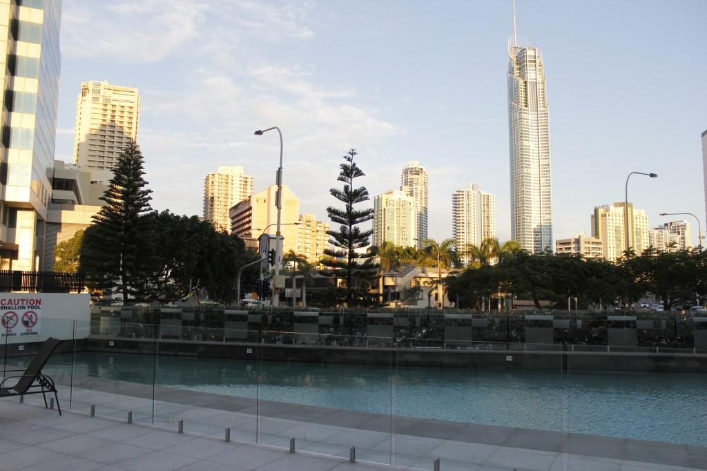 Fra fellesområdet ser man vakre Q1 og andre skyskrapere.