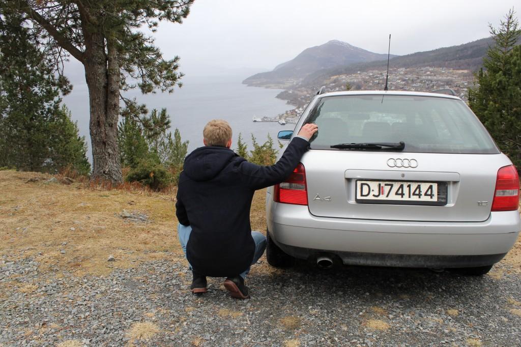 Bilen min og jeg titter utover Volda.