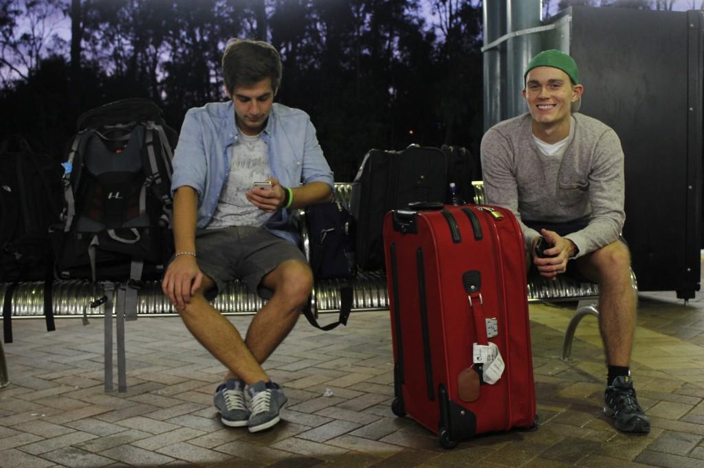Klare for avreise: Mine reisekamerater, Marcel og Jonas, venter på toget 05:00.
