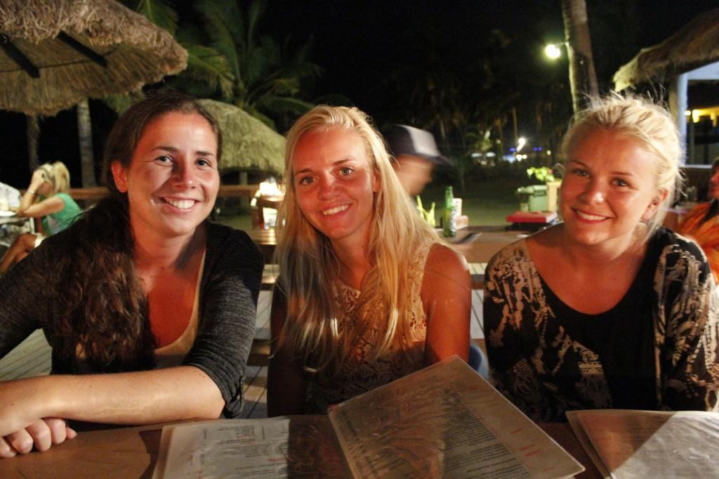 Mine kjære venner Kristine, Elin og Camilla var på det samme flyet som oss. Stalkere eller liten verden?